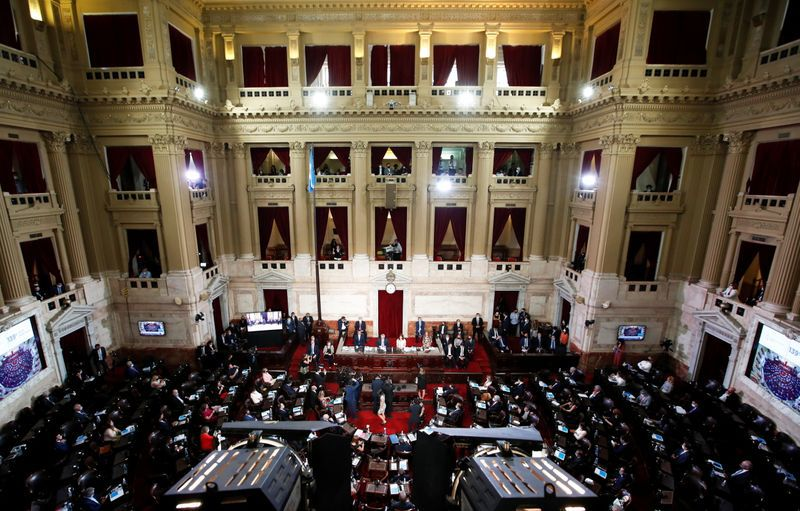 El Congreso debiera fijar por ley el valor del dólar nominándolo en pesos UVA para que se mantenga actualizado con la evolución de la inflación (Reuters)