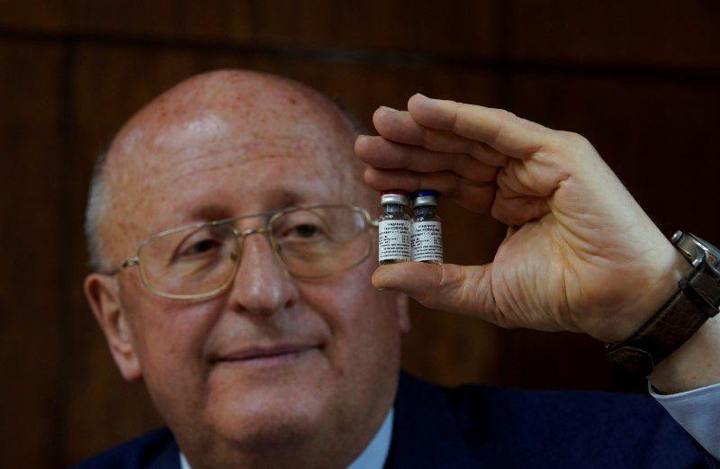 Imagen de archivo de Alexander Gintsburg, director del Instituto Gamaleya, muestra viales de la vacuna Sputnik-V contra el coronavirus en Moscú, Rusia. 24 septiembre 2020 (REUTERS)