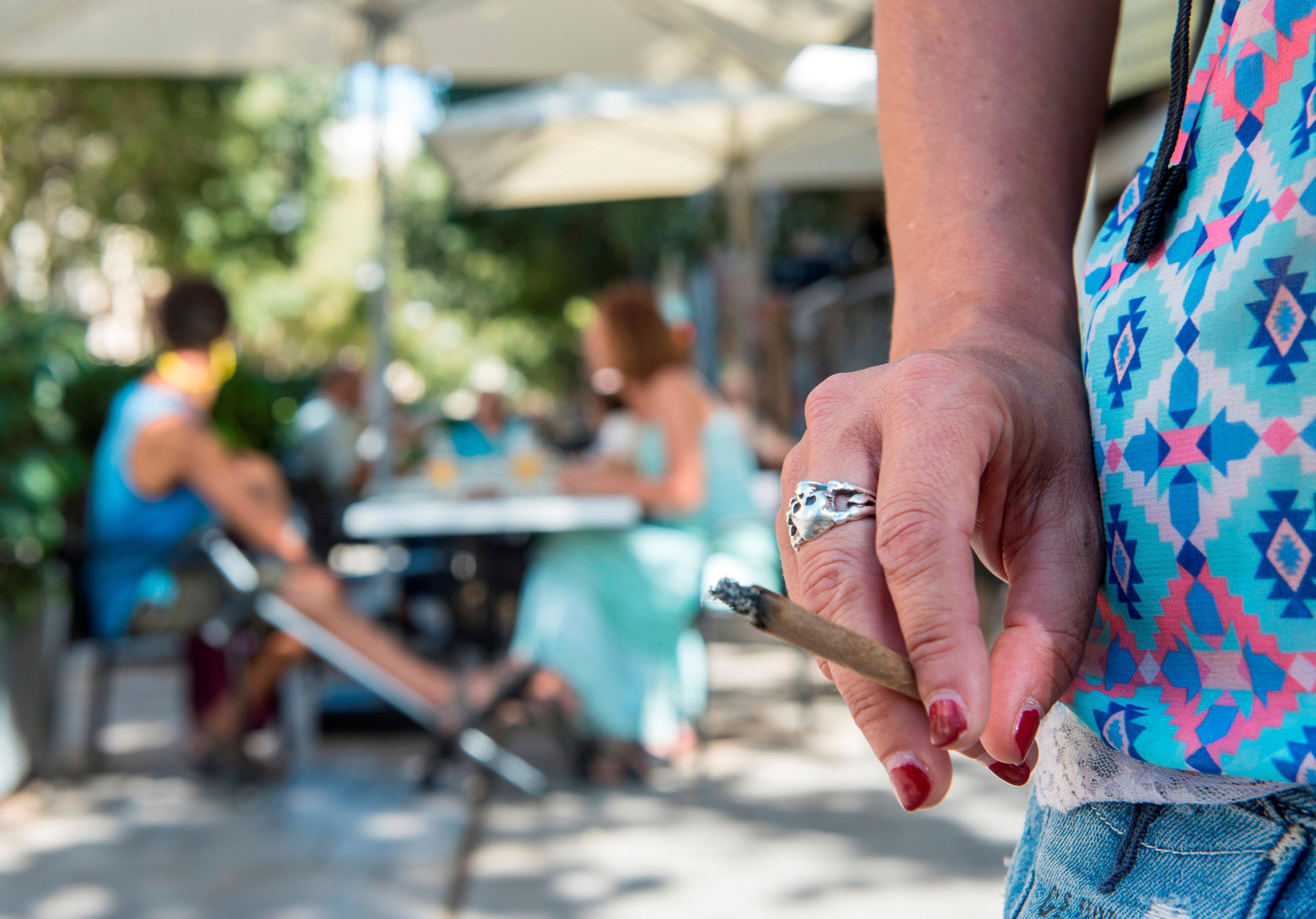 Según un estudio, fumar duplica el riesgo de desarrollar un caso grave de coronavirus y necesitar hospitalización (EFE/ATIENZA/ Archivo)