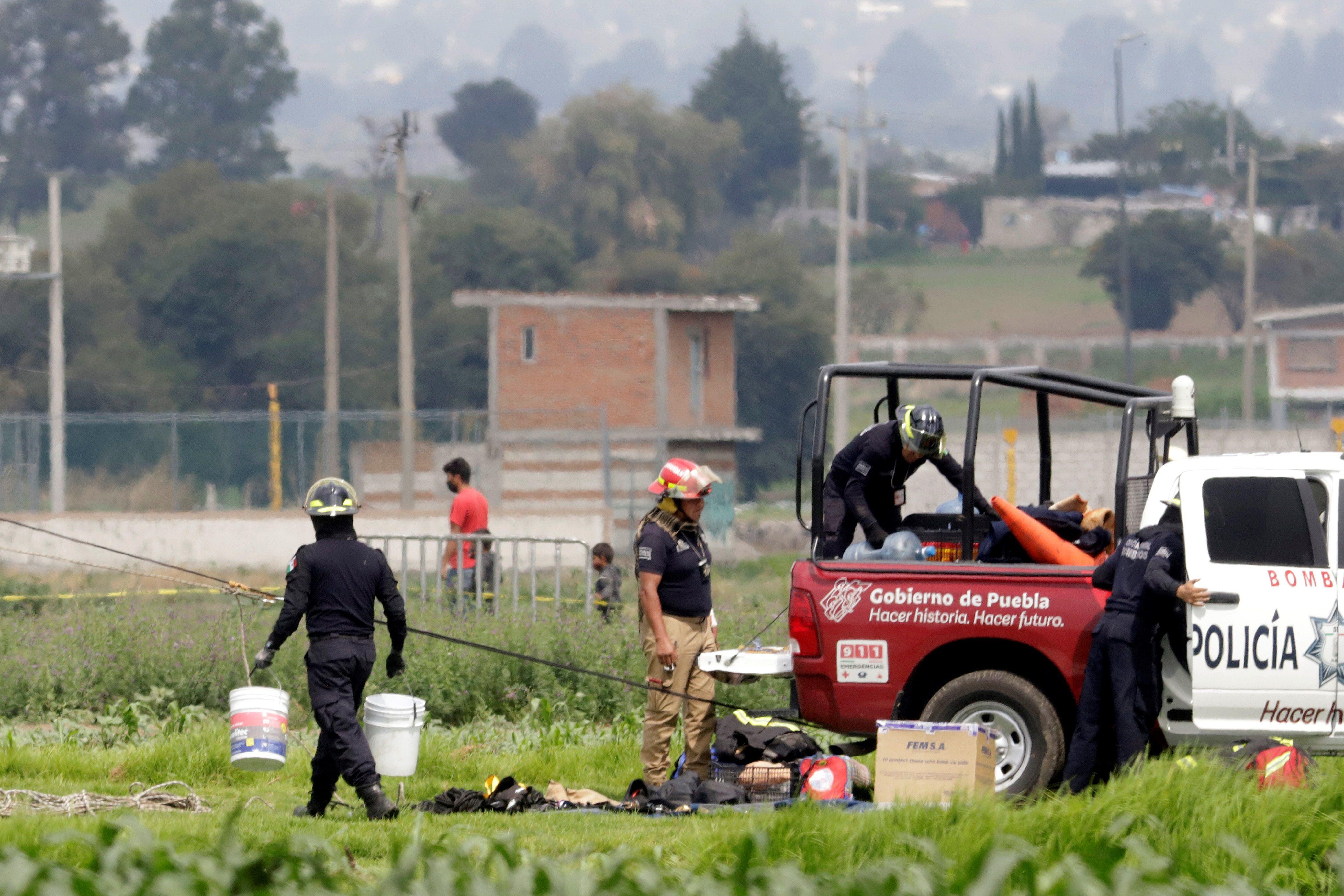 Elementos de Protección Civil Estatal, laboran este viernes, en la zona donde se formo un socavón, en el municipio de Juan C. Bonilla, en el estado de Puebla (México). EFE/Hilda Ríos
