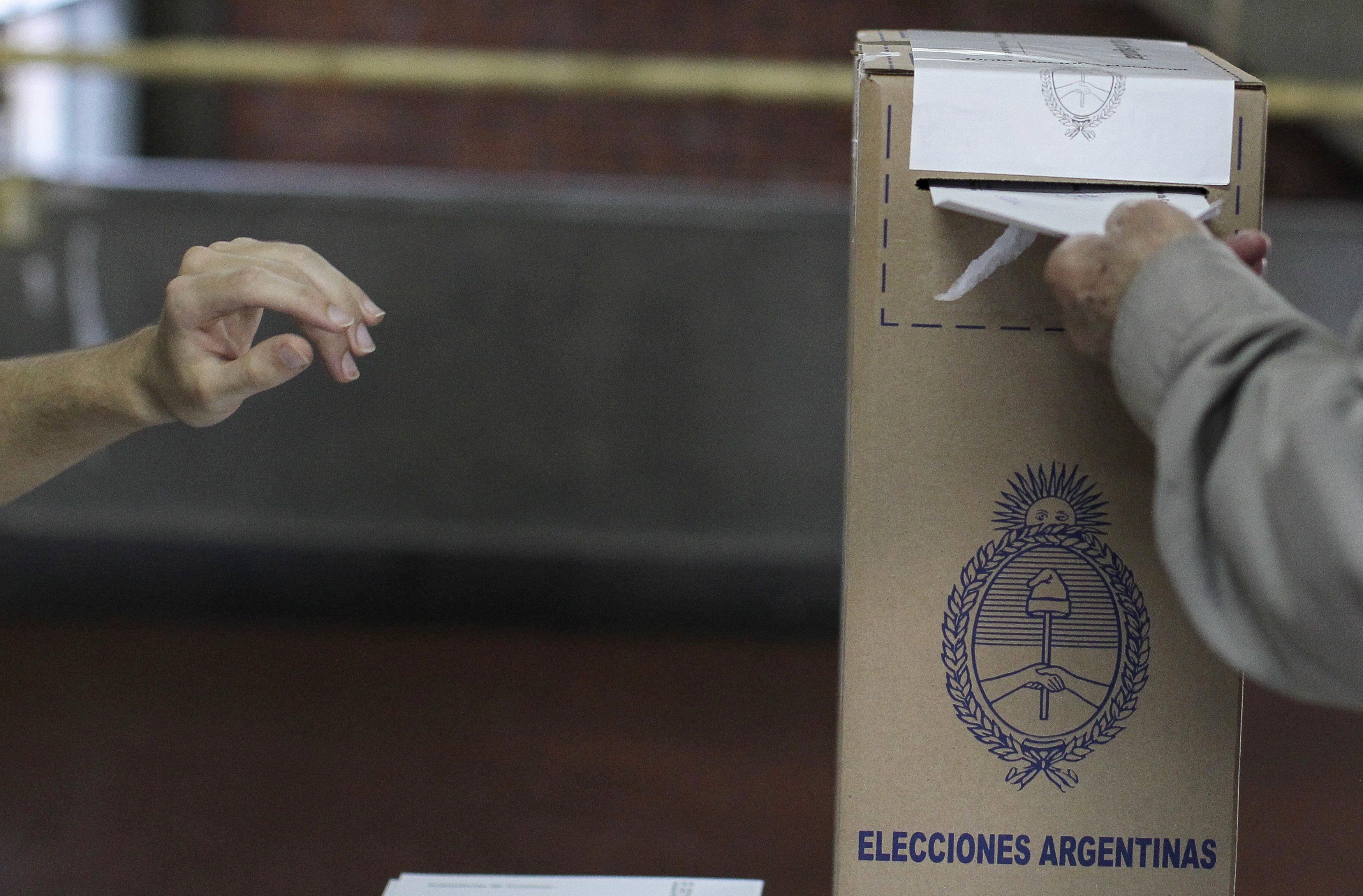 Unos 34,3 millones de argentinos están convocados a acudir a las urnas el próximo 12 de septiembre para definir con su voto las listas de candidatos que quedarán habilitadas para competir en los comicios legislativos programados para el 14 de noviembre. EFE/David Fernández/Archivo