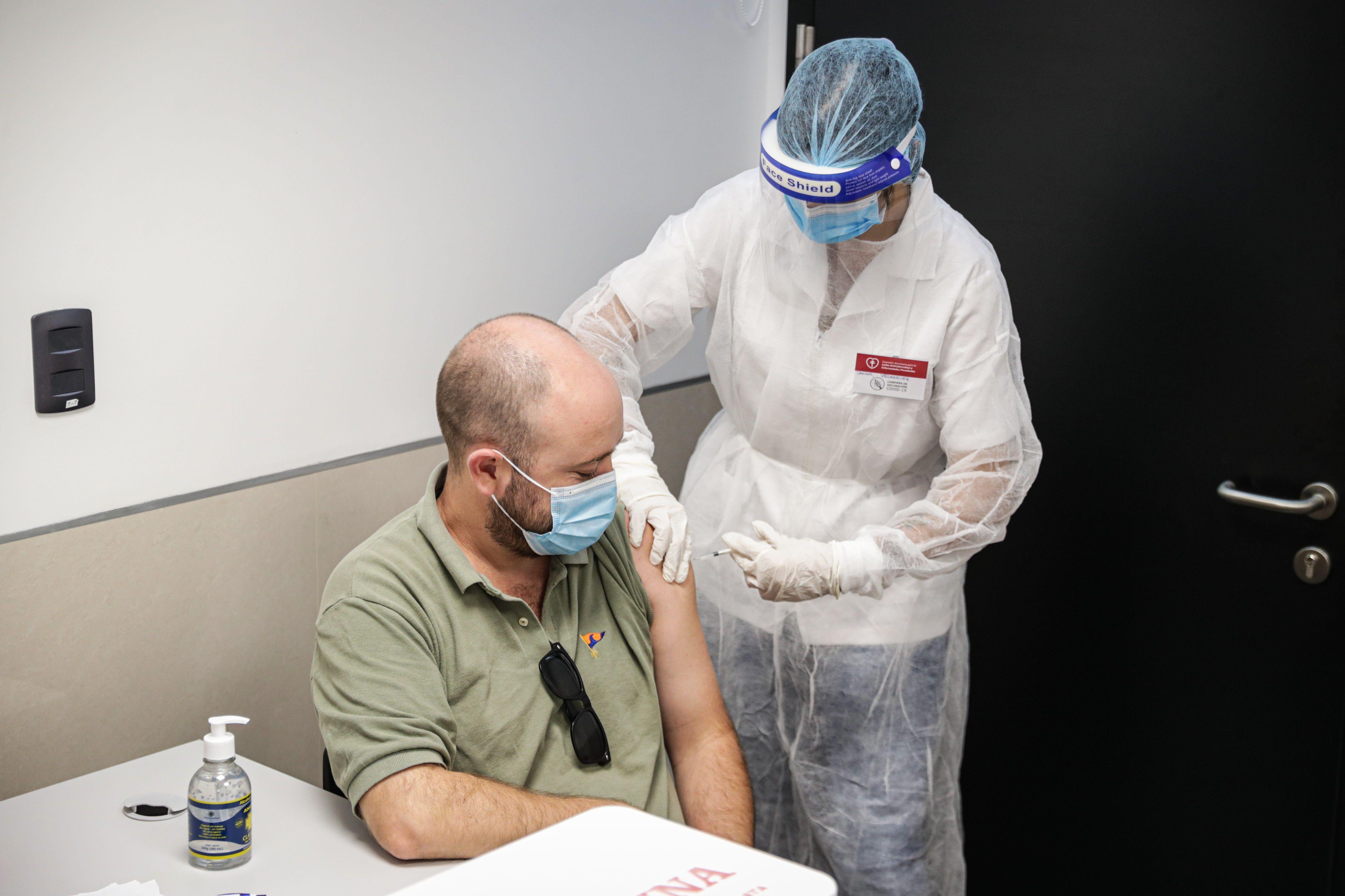 Uruguay ya tiene al 70% de su población vacunada con las dos dosis. En la foto un hombre recibe una dosis de una vacuna contra la covid-19, en Montevideo. EFE/Federico Anfitti/Archivo