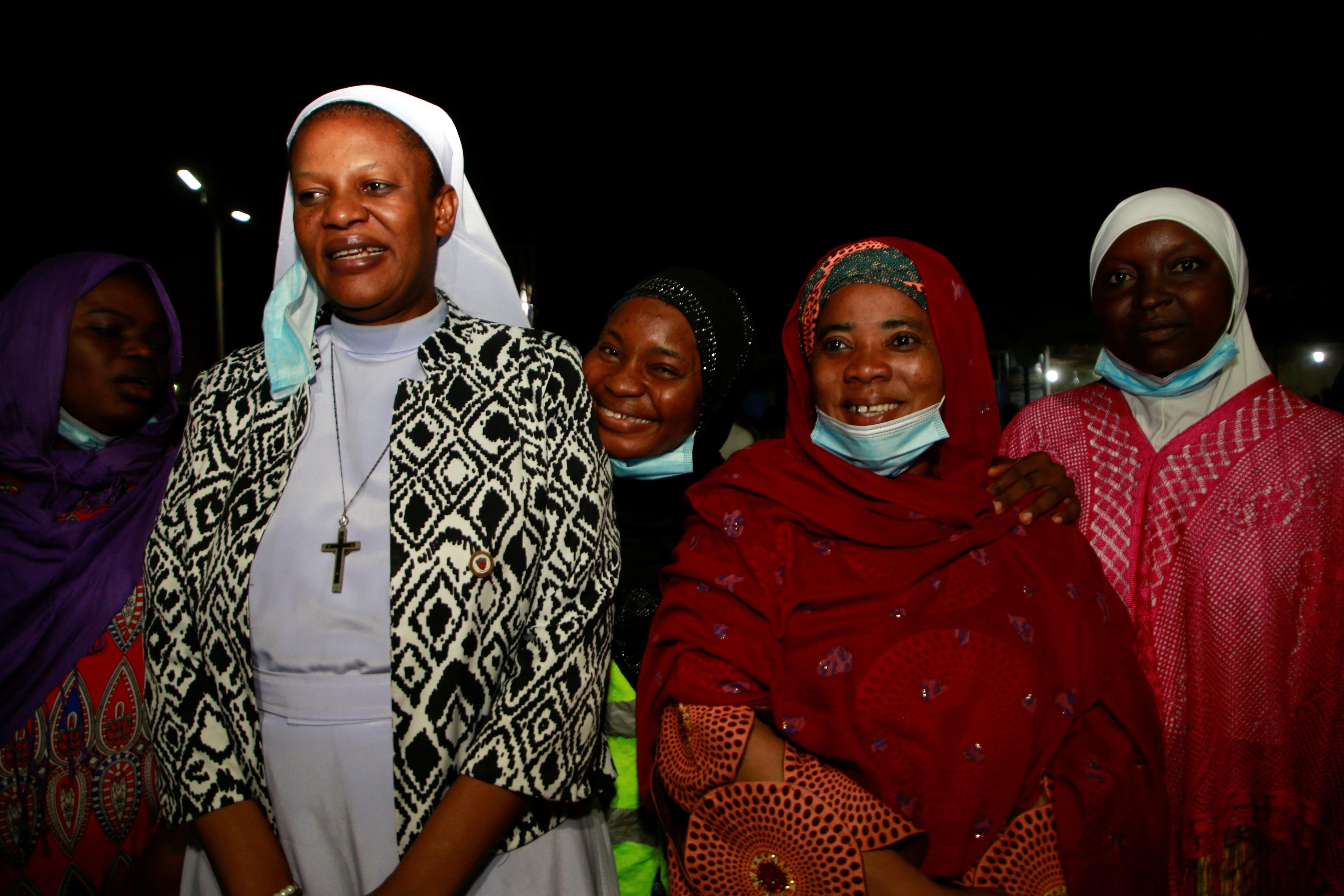Una monja de la Fundación Cardenal Onaiyekan por la Paz junto a mujeres musulmanas.  REUTERS / Afolabi Sotunde