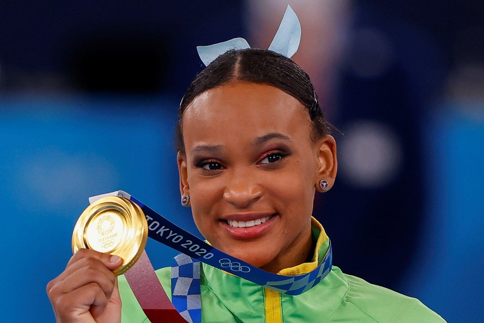 La brasileña Rebeca Andrade celebra en el podio tras conseguir la medalla de oro en la final individual de salto femenino de Gimnasia Artística durante los Juegos Olímpicos 2020, este domingo en el Centro de Gimnasia de Ariake de Tokio (Japón). EFE/ Enric Fontcuberta