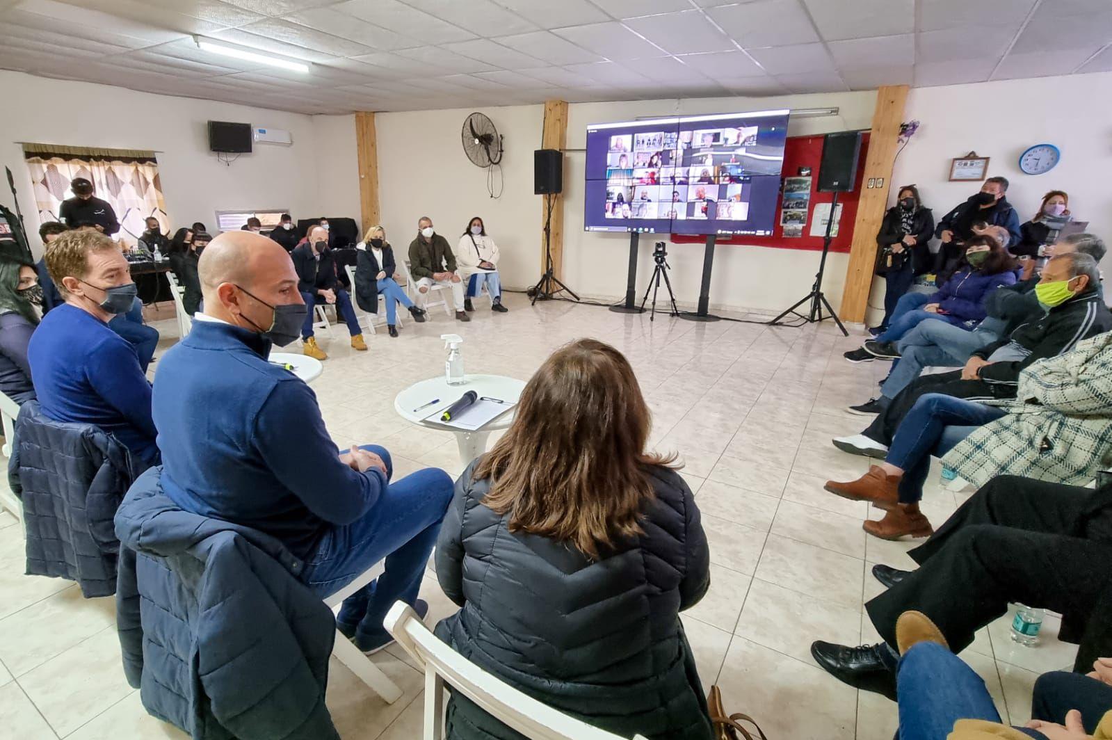 Diego Santilli y Graciela Ocaña, en una reunión por zoom con los vecinos de Quilmes
