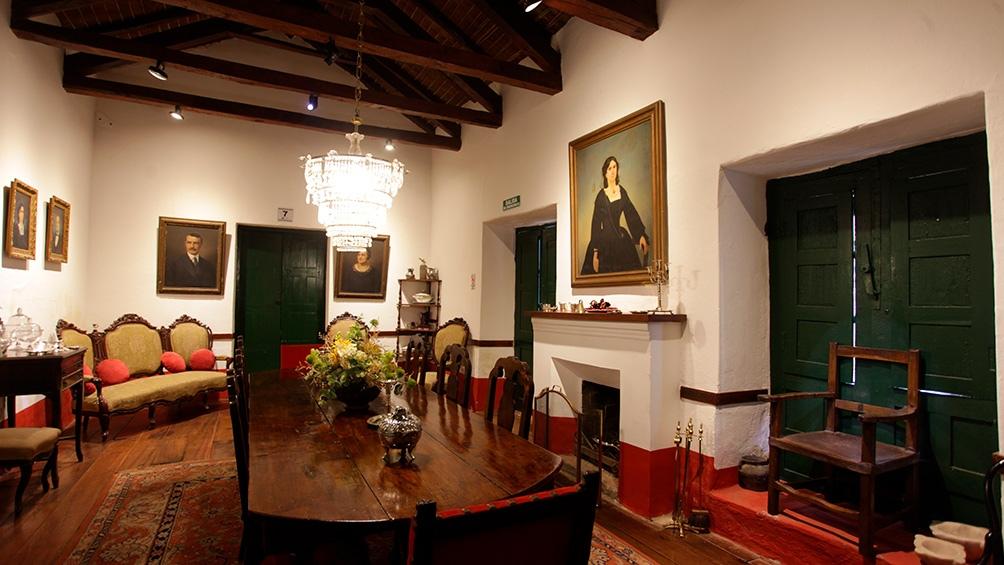 Muebles, prendas de hace dos siglos, cuadros originales y hasta piezas de platería de colección pueden verse en Los Cuartos.
