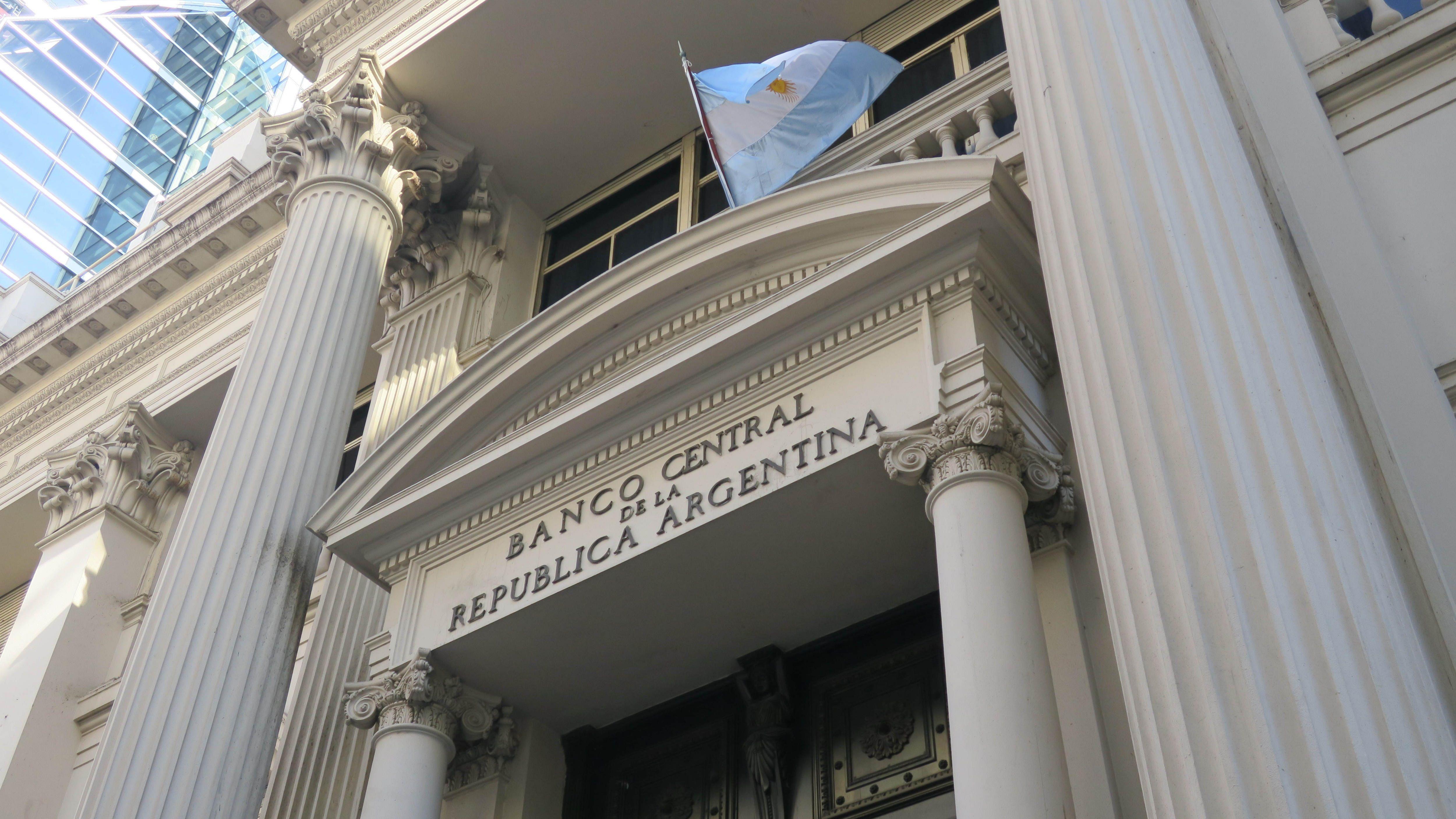 Vista general de la fachada del edificio del Banco Central de la República de Argentina en Buenos Aires. EFE/Cristina Terceiro/Archivo