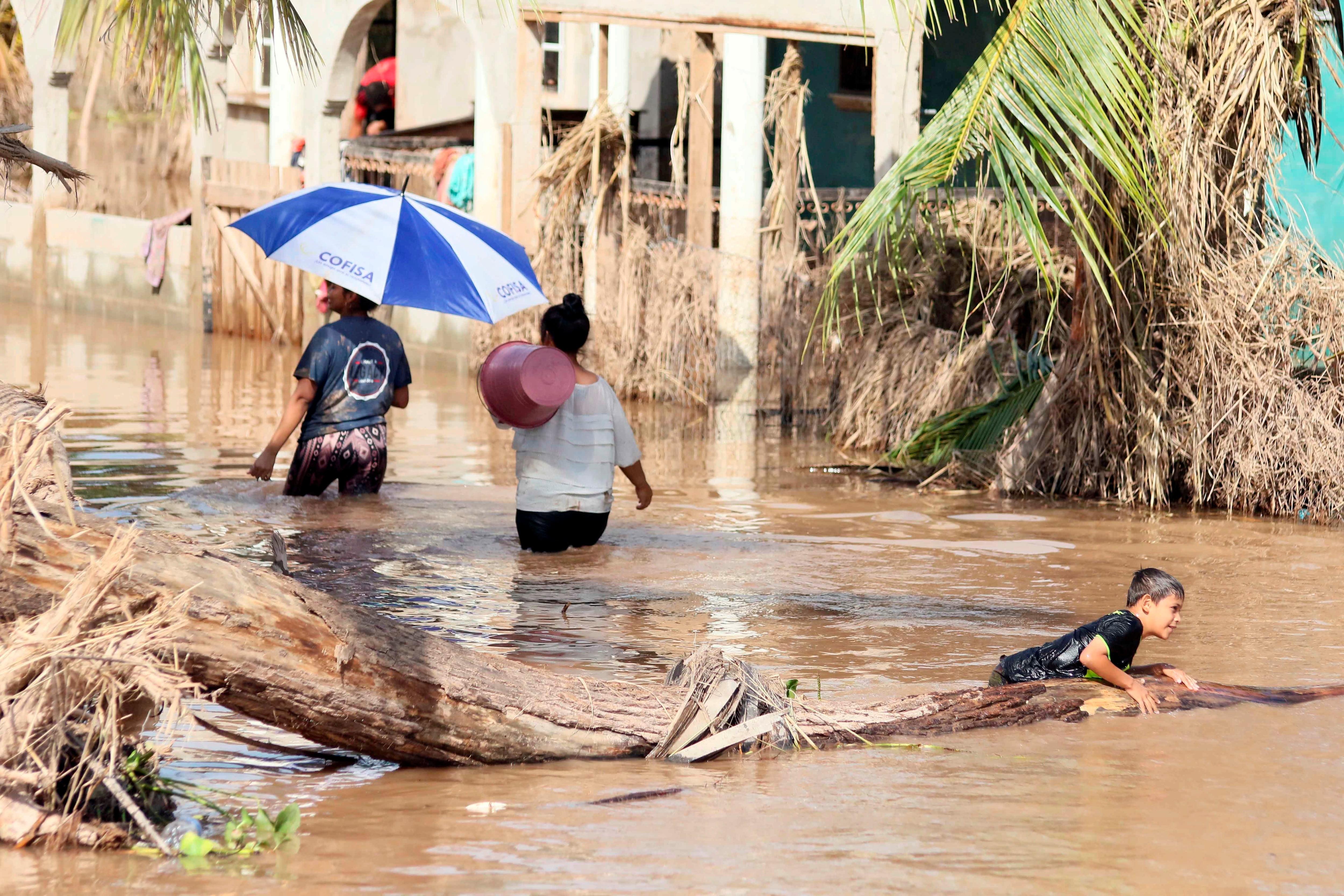 Imágenes de una inundación provocada por la tormenta tropical Eta e Iota en la comunidad La Guadalupe, de Honduras, en noviembre de 2020  EFE/Germán Reyes