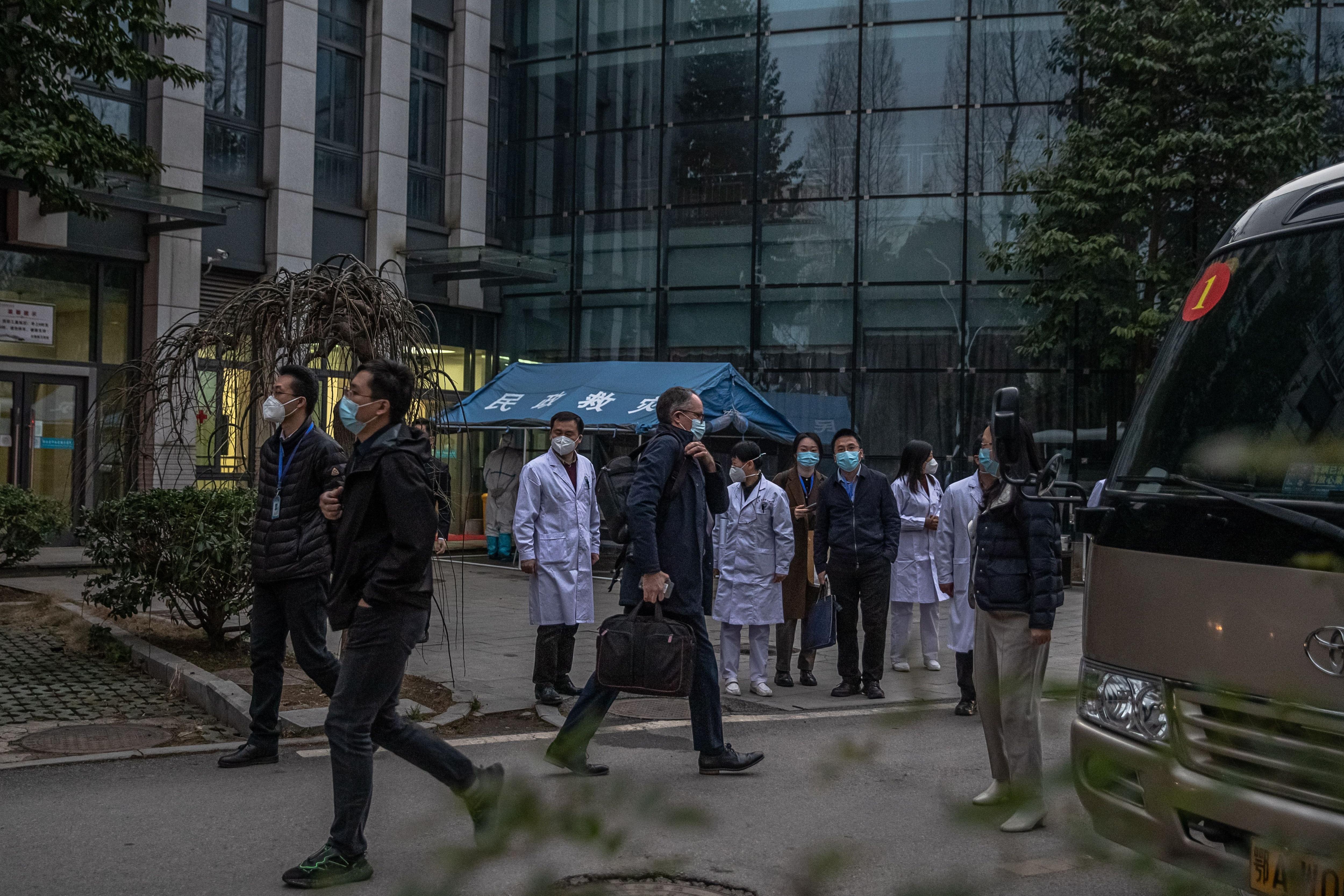 La misión de la Organización Mundial de la Salud (OMS), liderada por Peter Ben Embarek, encontró obstáculos para investigar en China sobre el origen de la pandemia (EFE)