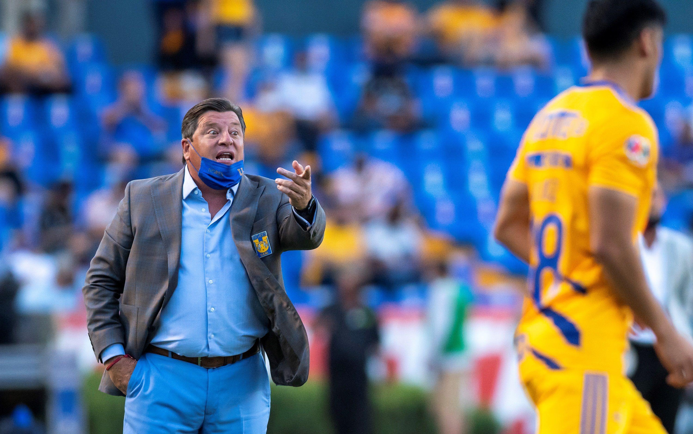 Fotografía de archivo donde aparece Miguel Herrera, entrenador de Tigres. EFE/Miguel Sierra