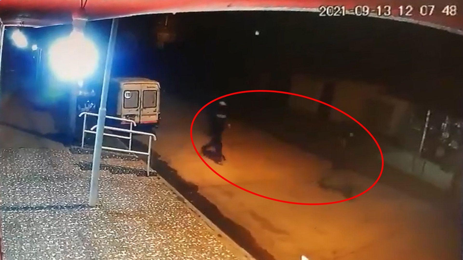 cámara de seguridad captó a los dos sospechosos segundos antes de que un policía los matara en el marco de un robo