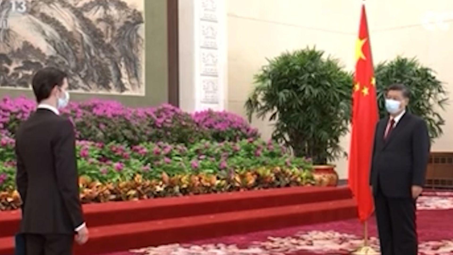 El embajador argentino en China, Sabino Vaca Narvaja junto a Xi Jinping