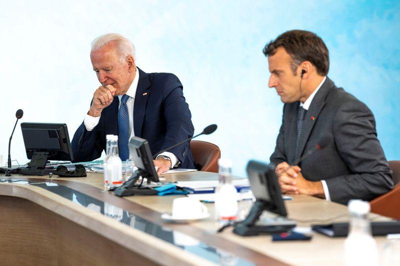 Foto de archivo de los Presidentes de EEUU, Joe Biden, y de Francia, Emmanuel Macron, en la cumbre del G7 en Carbis Bay, Cornwall  (Doug Mills/Pool via REUTERS)