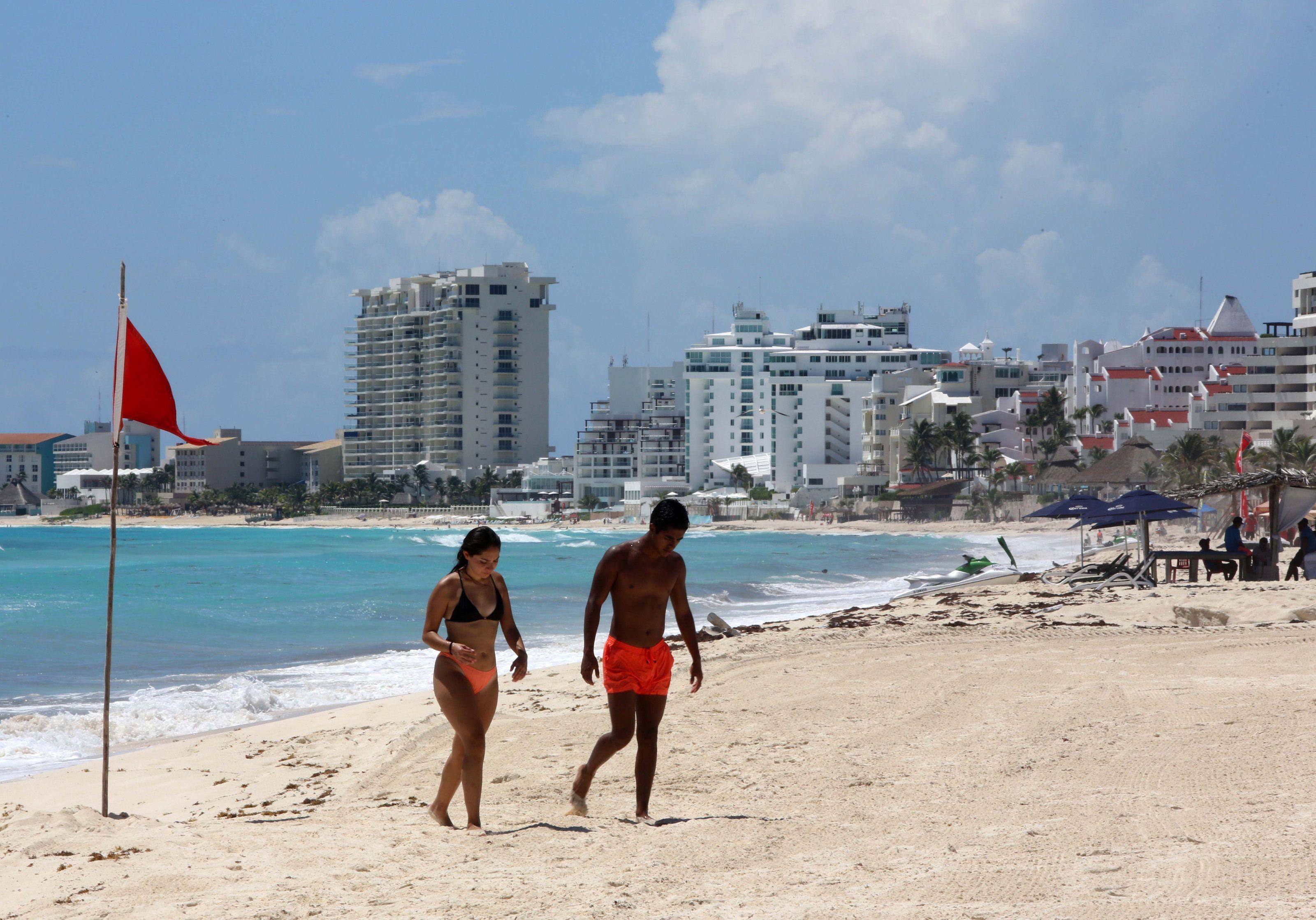 Fotografía de archivo en la que se observa a turistas disfrutar del balneario de Cancún, en el estado de Quintana Roo (México). EFE/ Alonso Cupul
