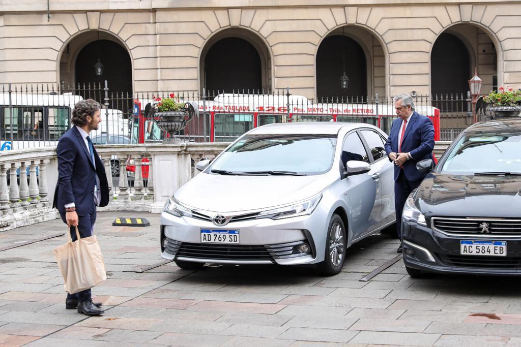 Alberto Fernández llega manejando su auto a la Rosada