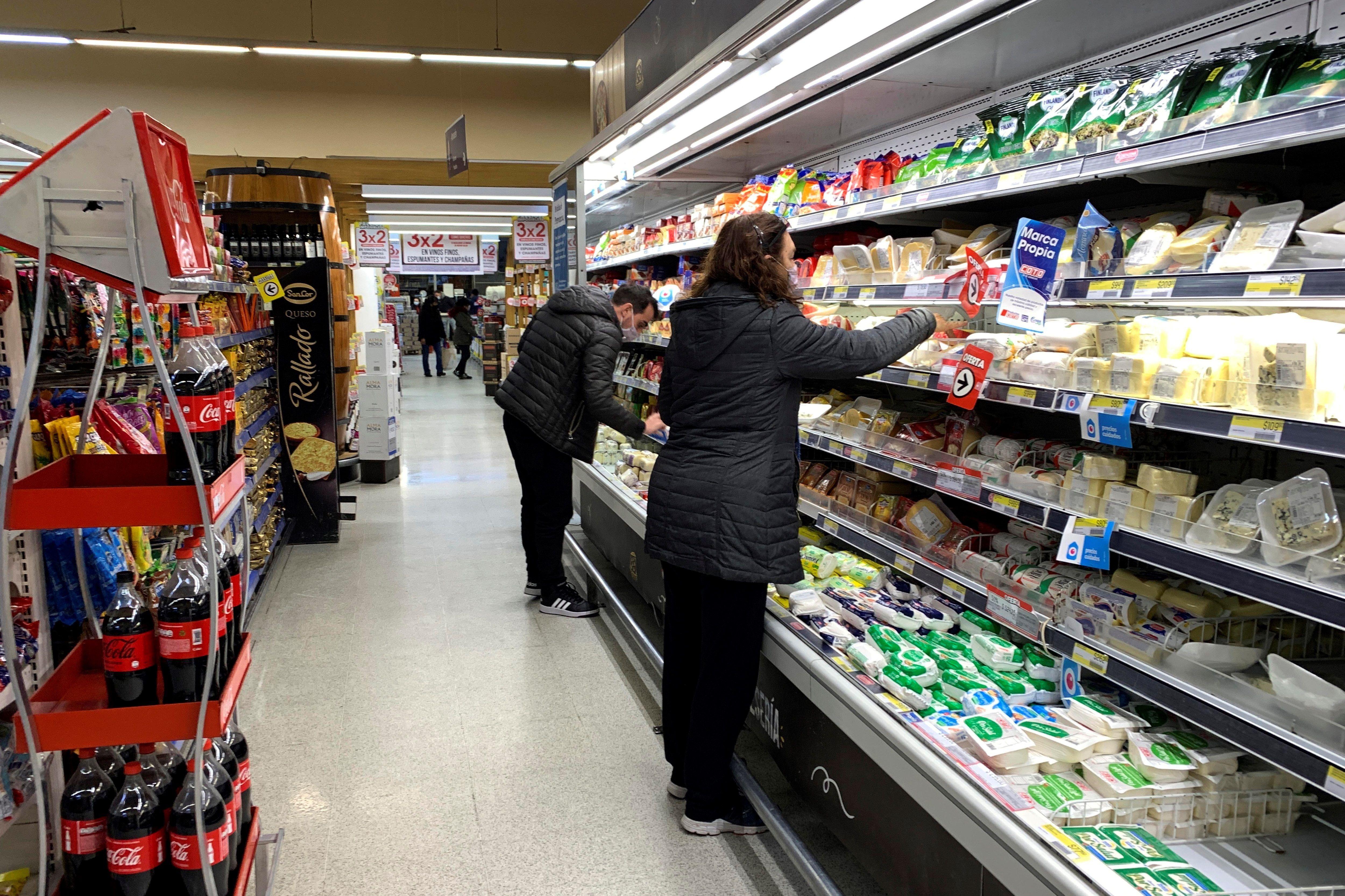 Los consumidores buscan precios más bajos en el rubro lácteos. EFE/ Demian Alday Estévez