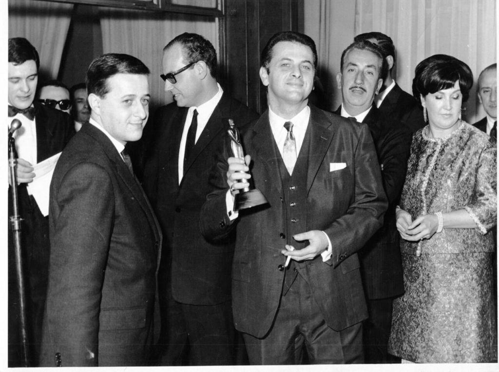 Gerardo Sofovich luce con orgullo uno de los tantos Martín Fierro. A su derecha, su hermano Hugo (Gentileza Gustavo Sofovich)