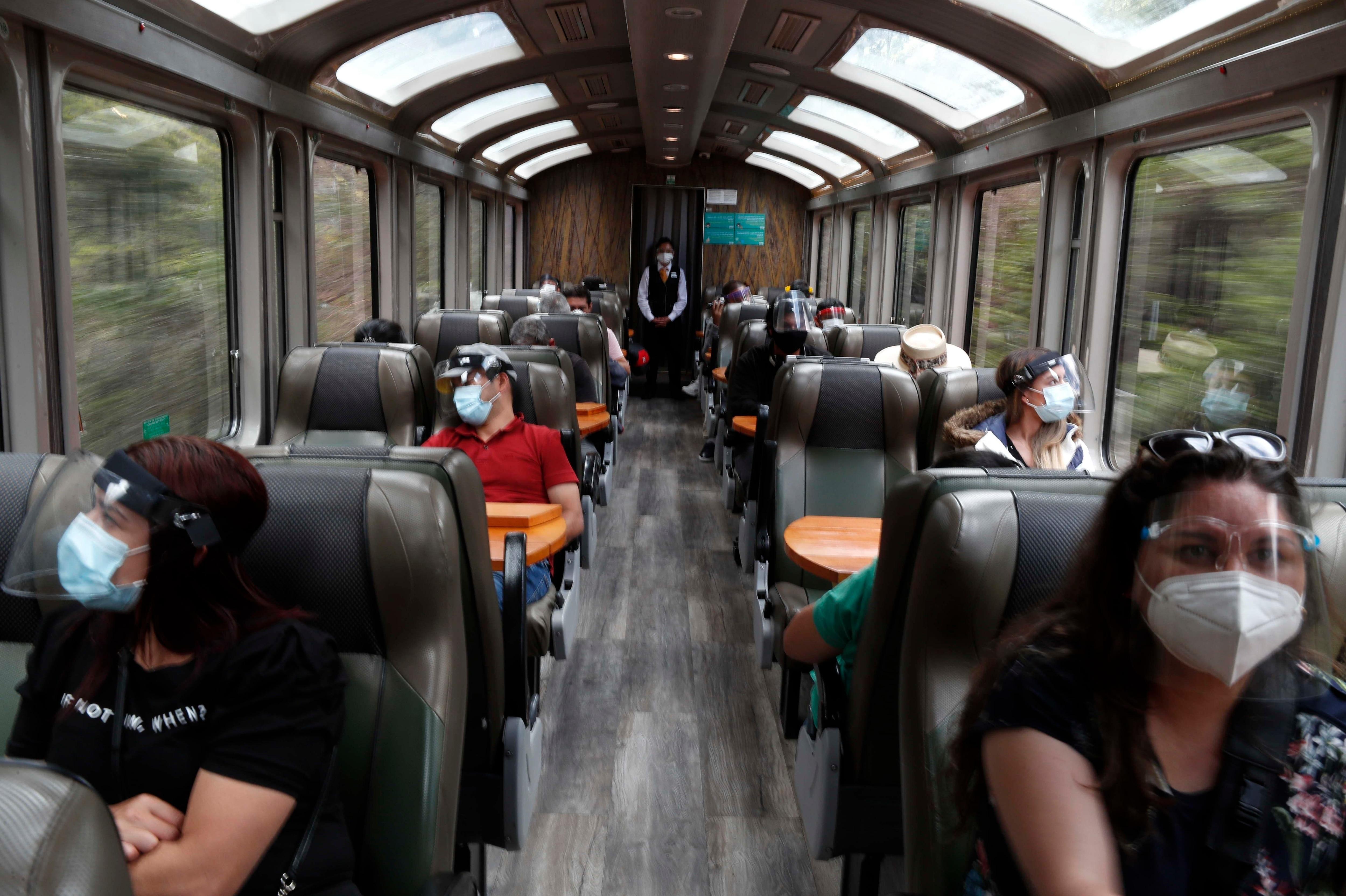 La mayoría de los turistas viajan en tren a Machu Picchu desde la estación de la población de Ollantaytambo (EFE/Paolo Aguilar)