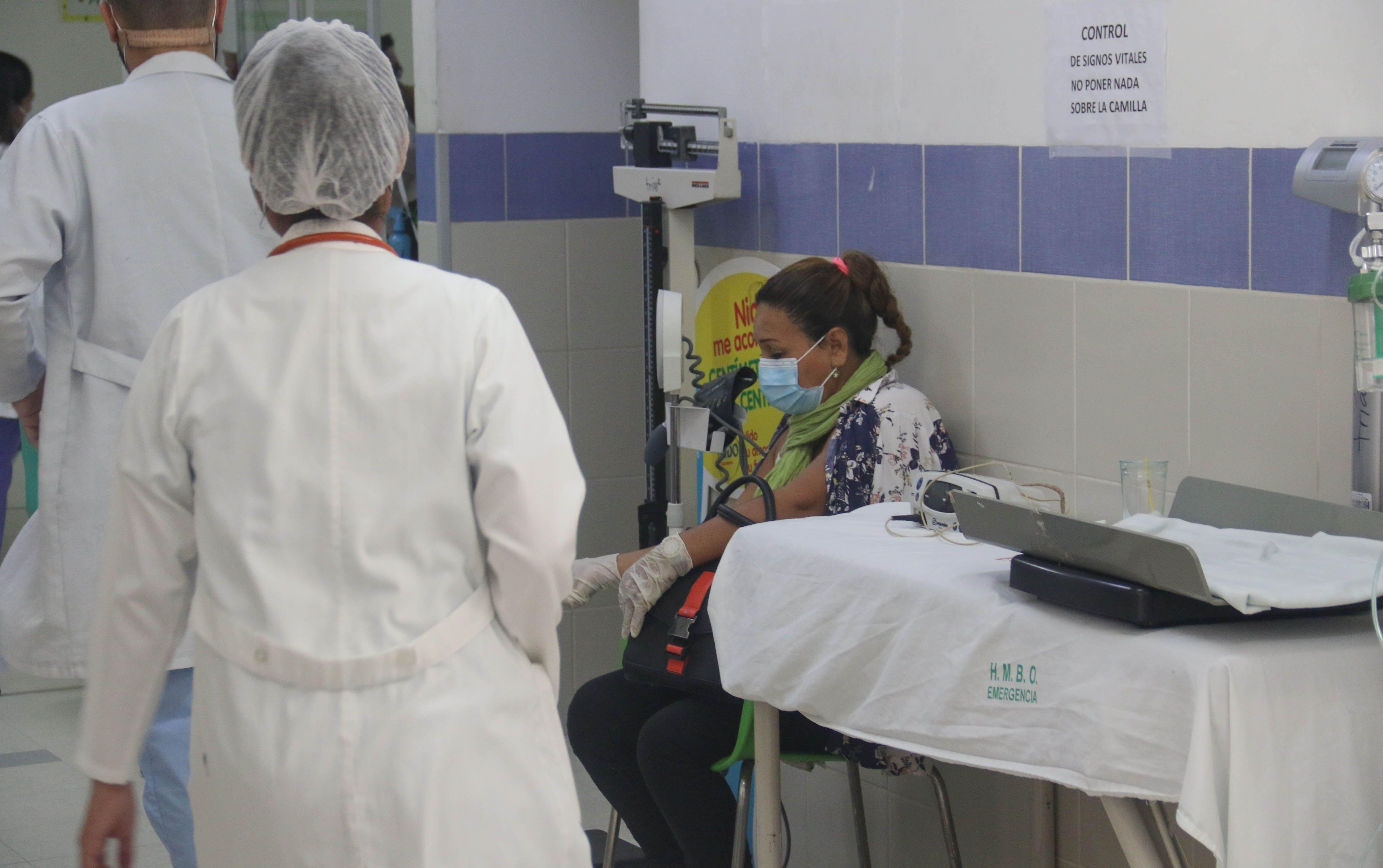 Una mujer espera atención en un pasillo del Hospital El Bajío en la ciudad de Santa Cruz Bolivia (Bolivia). EFE/ Juan Carlos Torrejón/Archivo