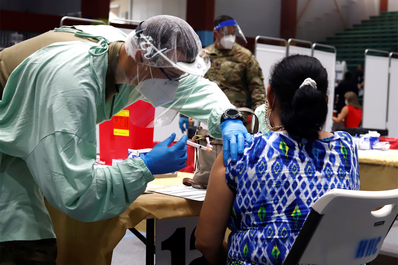 La FDA autorizó una dosis de refuerzo de la vacuna Pfizer-BioNTech para cualquier persona mayor de 65 años o cuya salud, ocupación o situación de vida los ponga en riesgo de contraer una enfermedad grave. (EFE/Thais Llorca/Archivo)