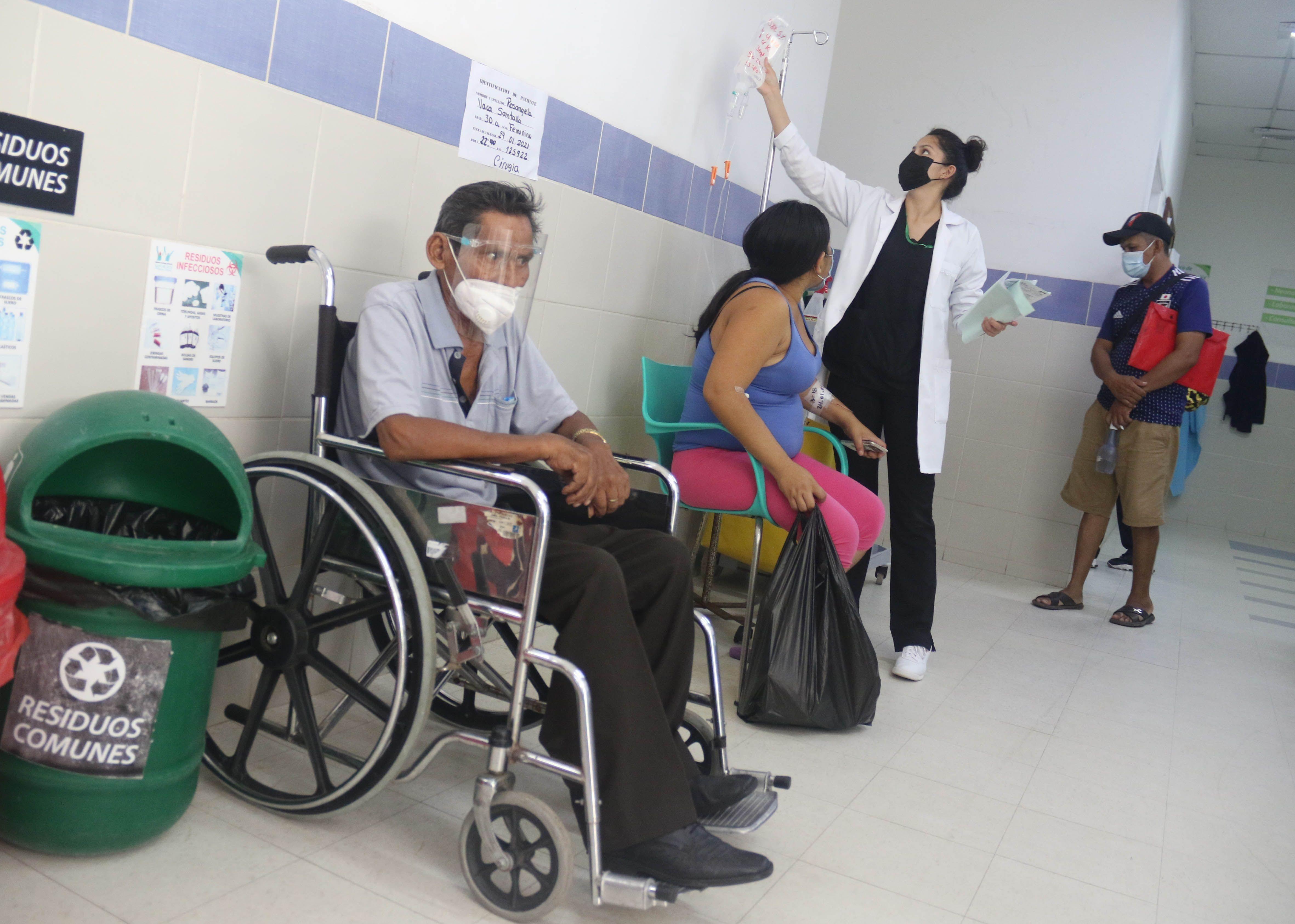 Pacientes son atendidos en los pasillos del Hospital El Bajío, el 25 de enero del 2021, en la ciudad de Santa Cruz Bolivia (Bolivia). EFE/Juan Carlos Torrejón/Archivo